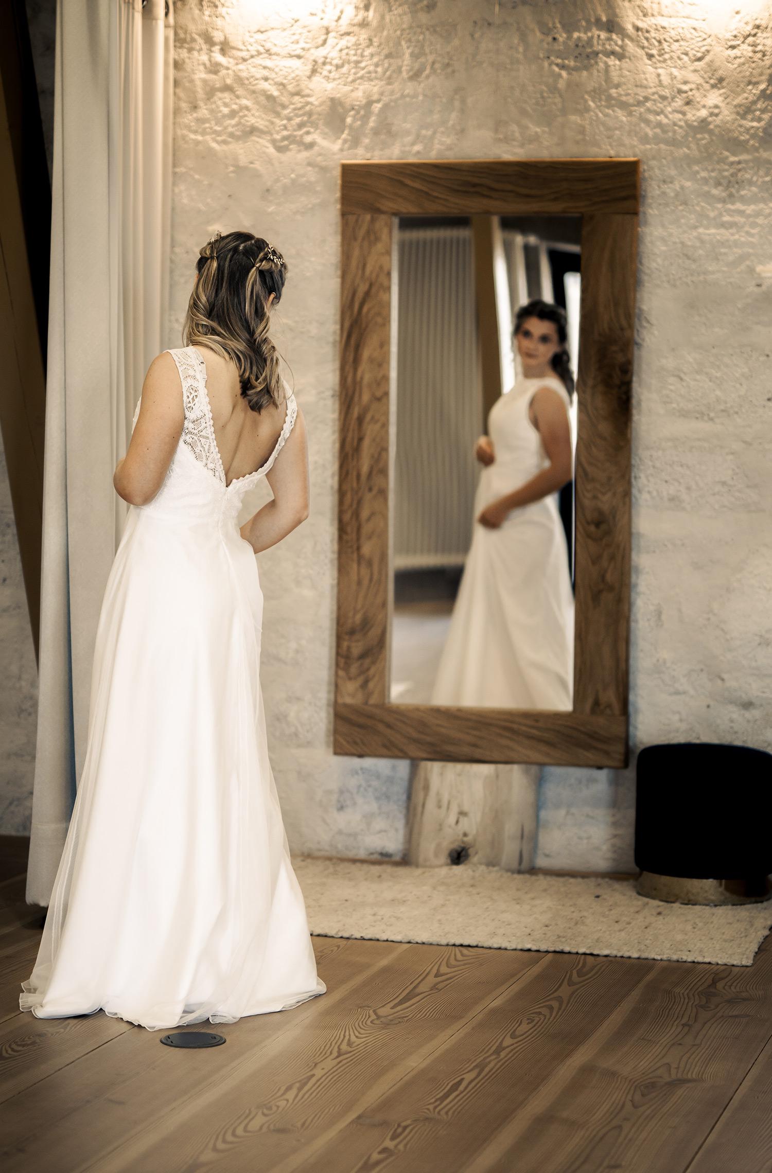 Eine Frau trägt das A-Linie Brautkleid Suki von Elementar