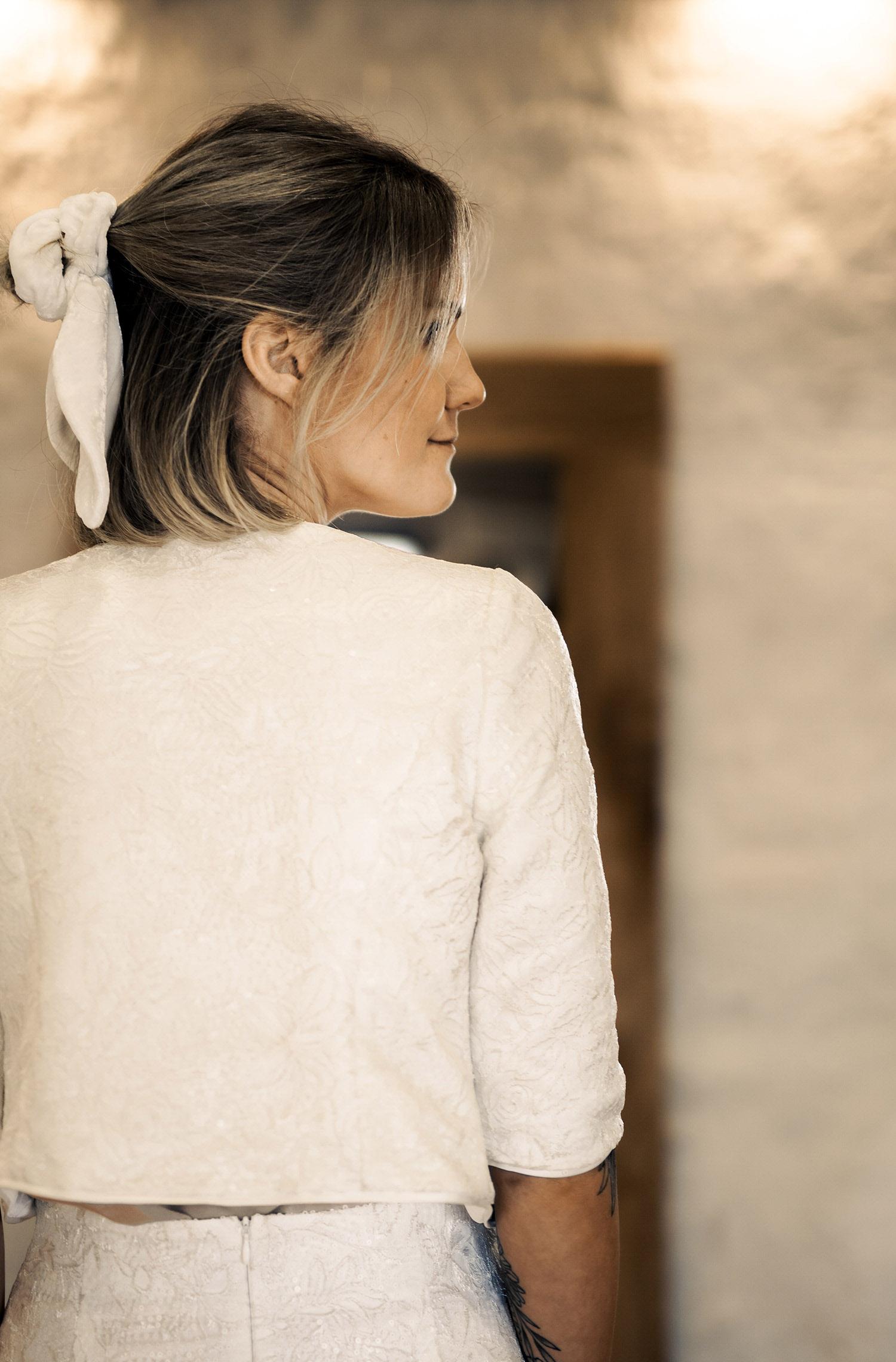 Eine Frau trägt die Jacke Ambra von Sina Fischer