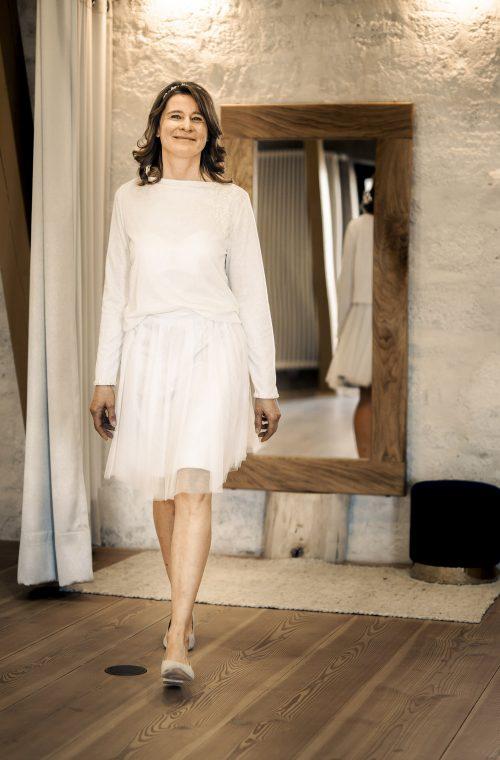 Eine Frau trägt den Pullover Carrie von Sina Fischer