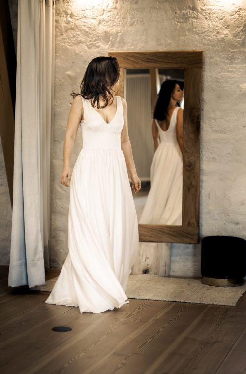 Eine Frau trägt das Brautkleid Larissa von Sina Fischer