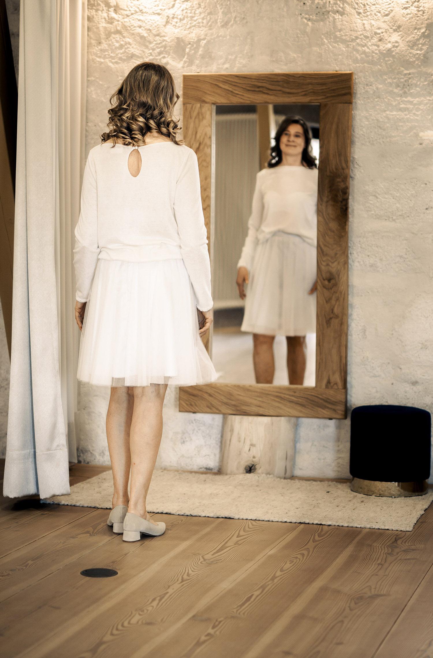 Eine Frau trägt das A-Linie Kleid Sarah von Sina Fischer