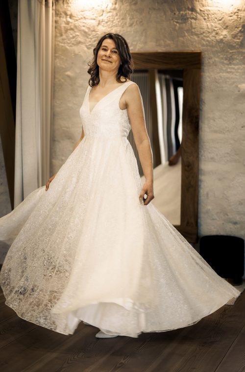 Eine Frau trägt das A-Linie Kleid Stella von Sina Fischer