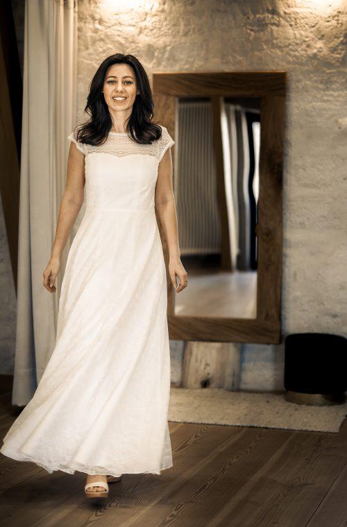 Eine Frau trägt das A-Linien Kleid Moe von Elementar