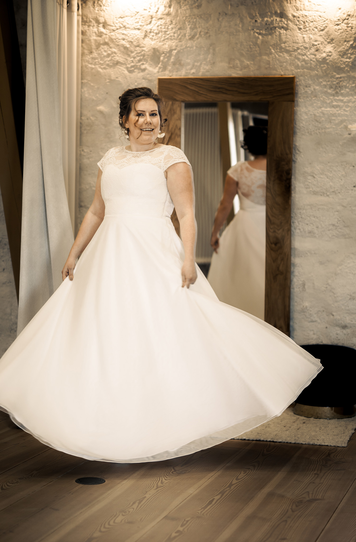 Eine Frau trägt das A-Linien Kleid Naomi von Elementar