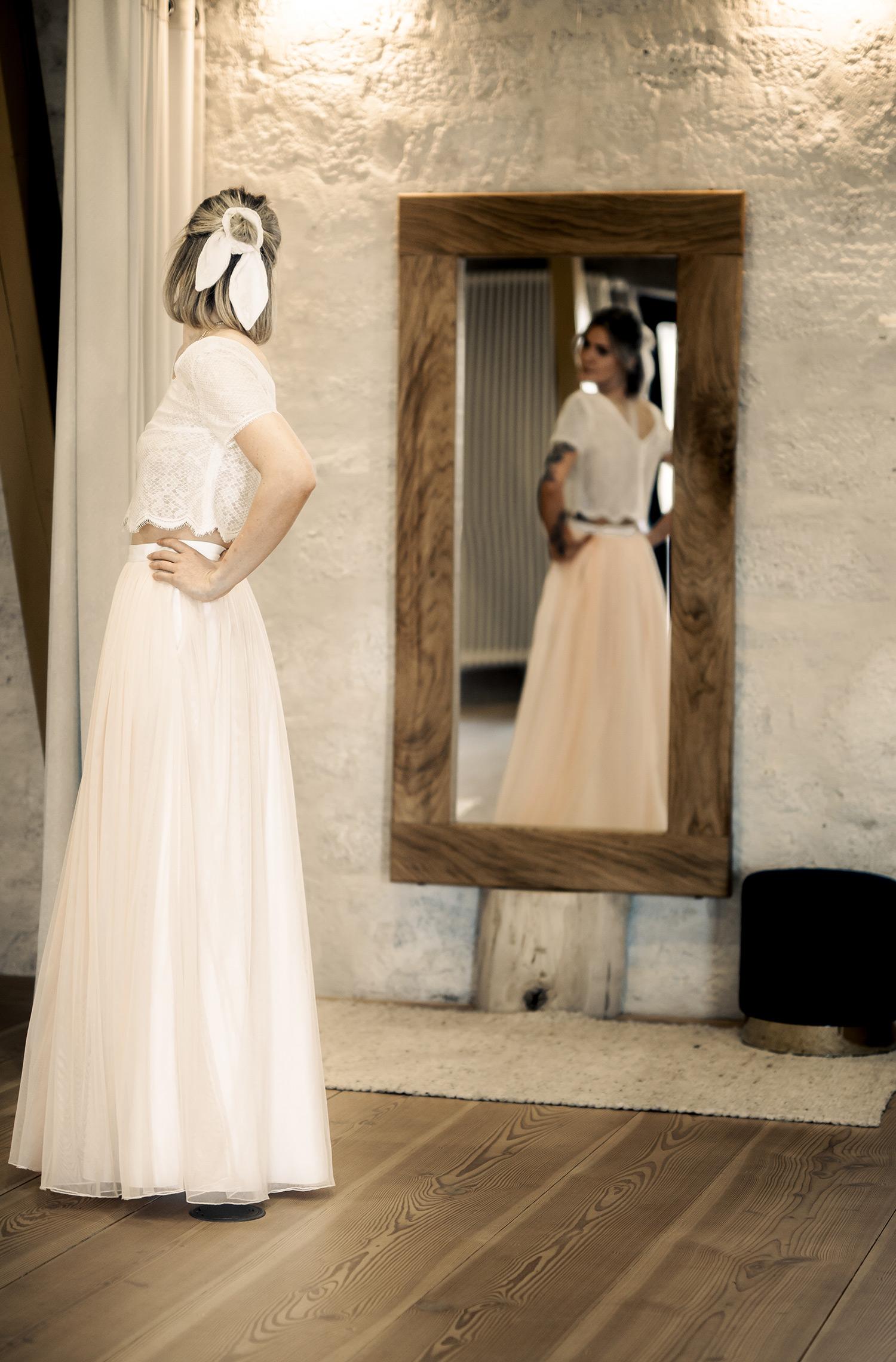 Eine Frau trägt das Spitzentop Viska von Elementar