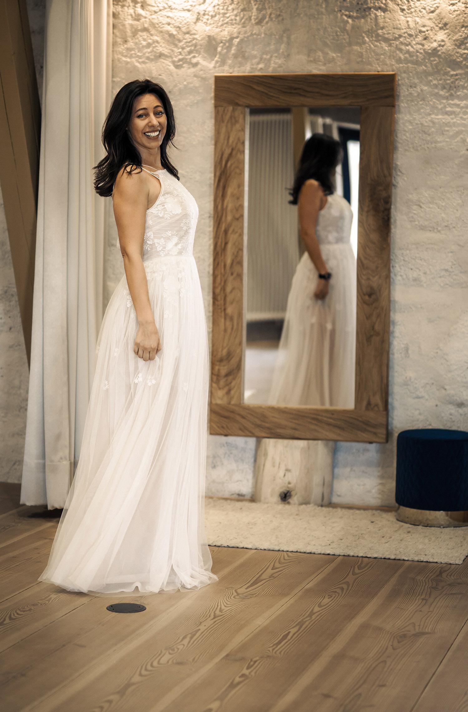 Eine Frau trägt das A-Linien Kleid Alison von Kisui Berlin