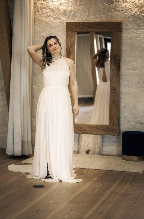 Eine Frau trägt das A-Linien Kleid Belinda von Kisui Berlin
