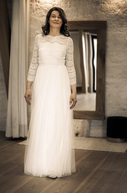 Eine Frau trägt das A-Linien Kleid Dari von Kisui Berlin