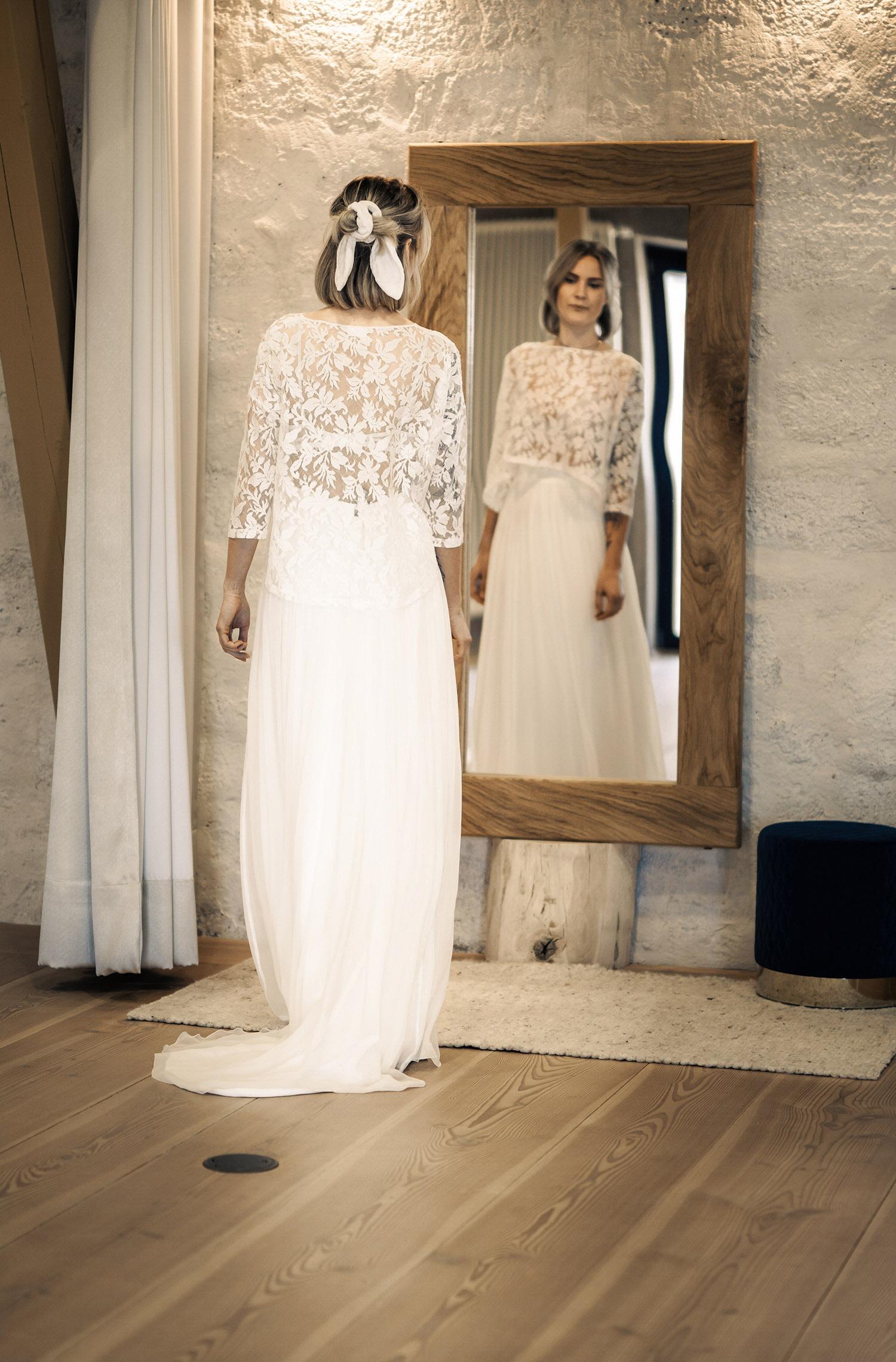 Eine Frau trägt das A-Linien Kleid Edisa von Kisui Berlin