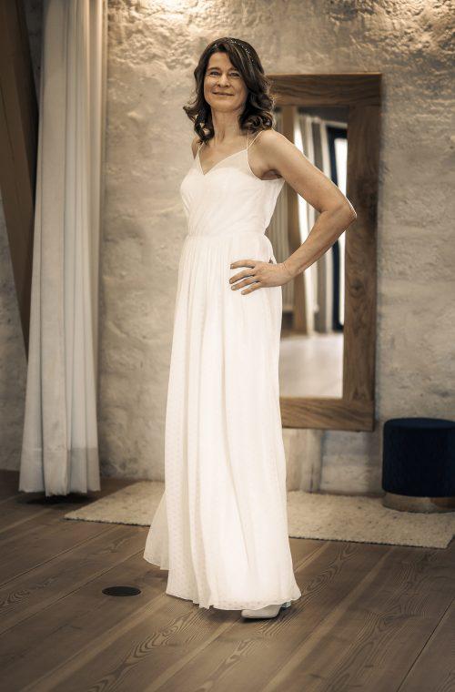 Eine Frau trägt das A-Linien Kleid Erin von Kisui Berlin