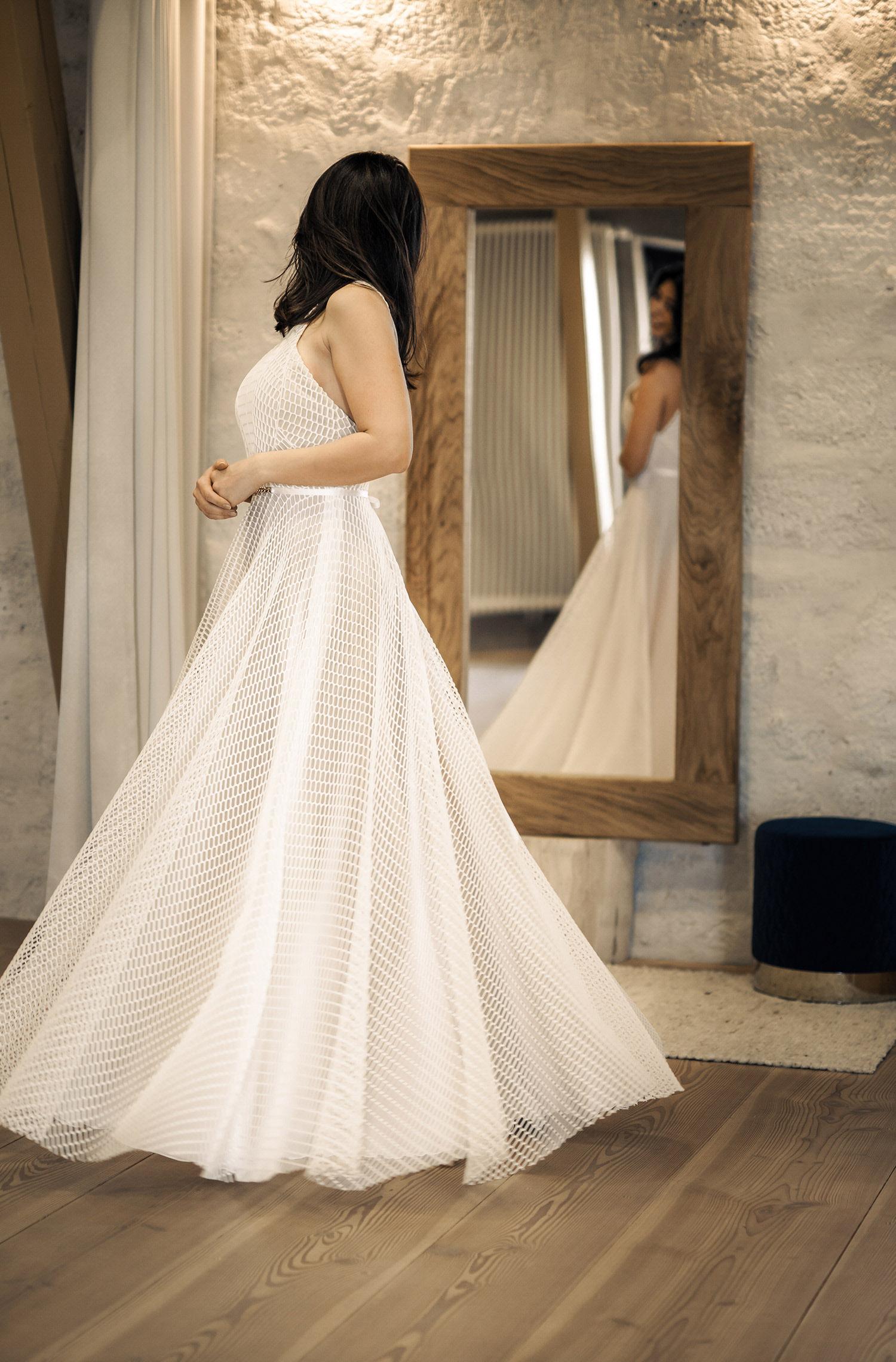 Eine Frau trägt das A-Linien Kleid Jondis von Kisui Berlin