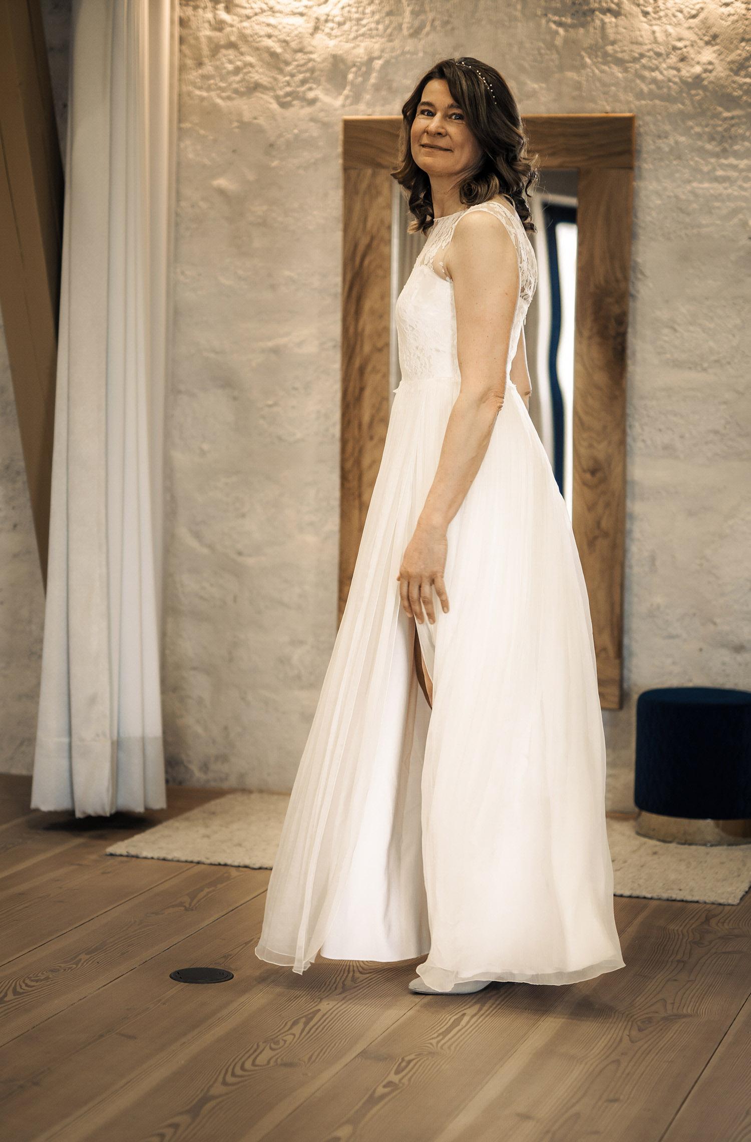 Eine Frau trägt das A-Linien Kleid Leilani von Kisui Berlin