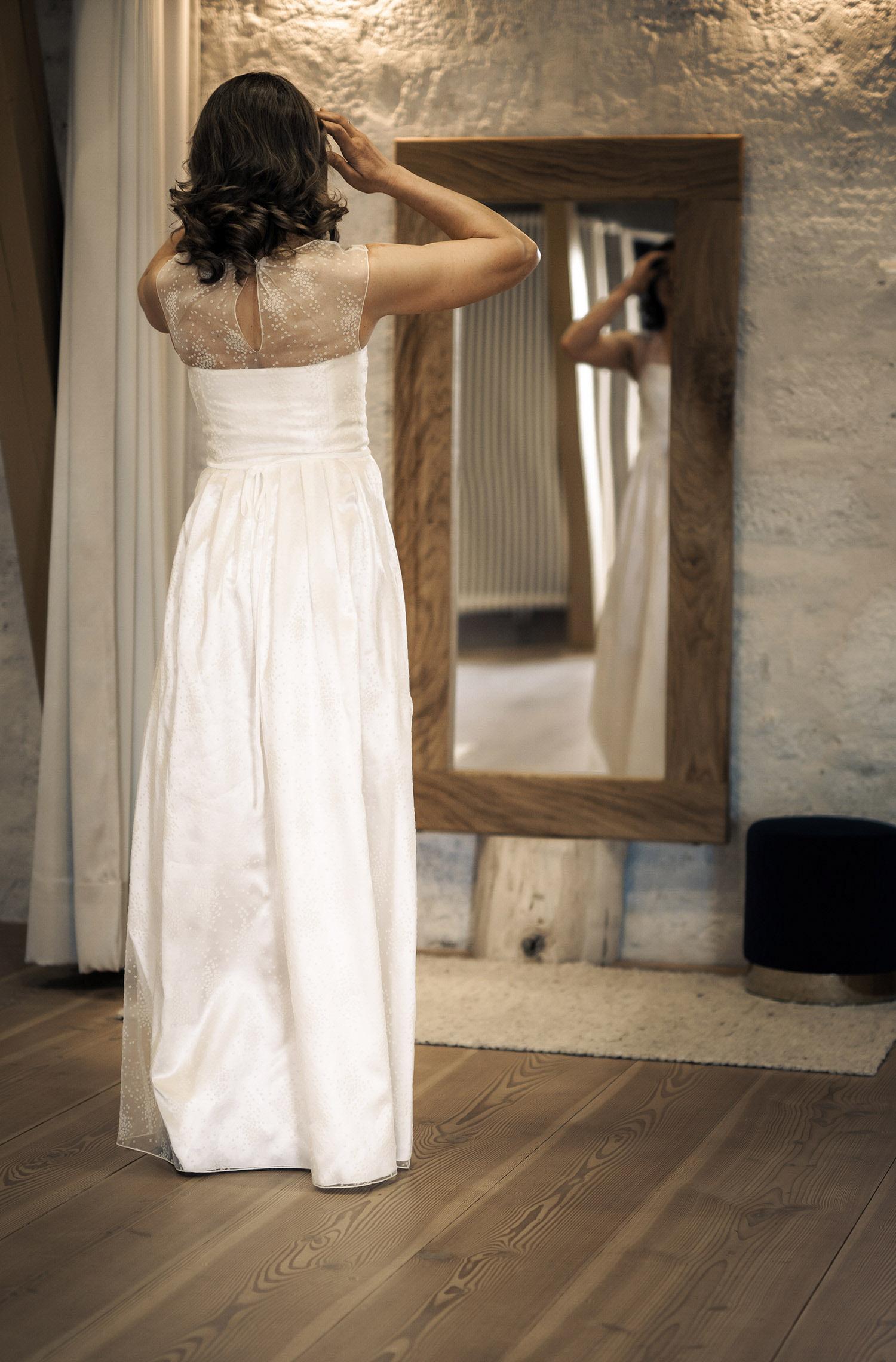 Eine Frau trägt das A-Linien Kleid Lova von Kisui Berlin