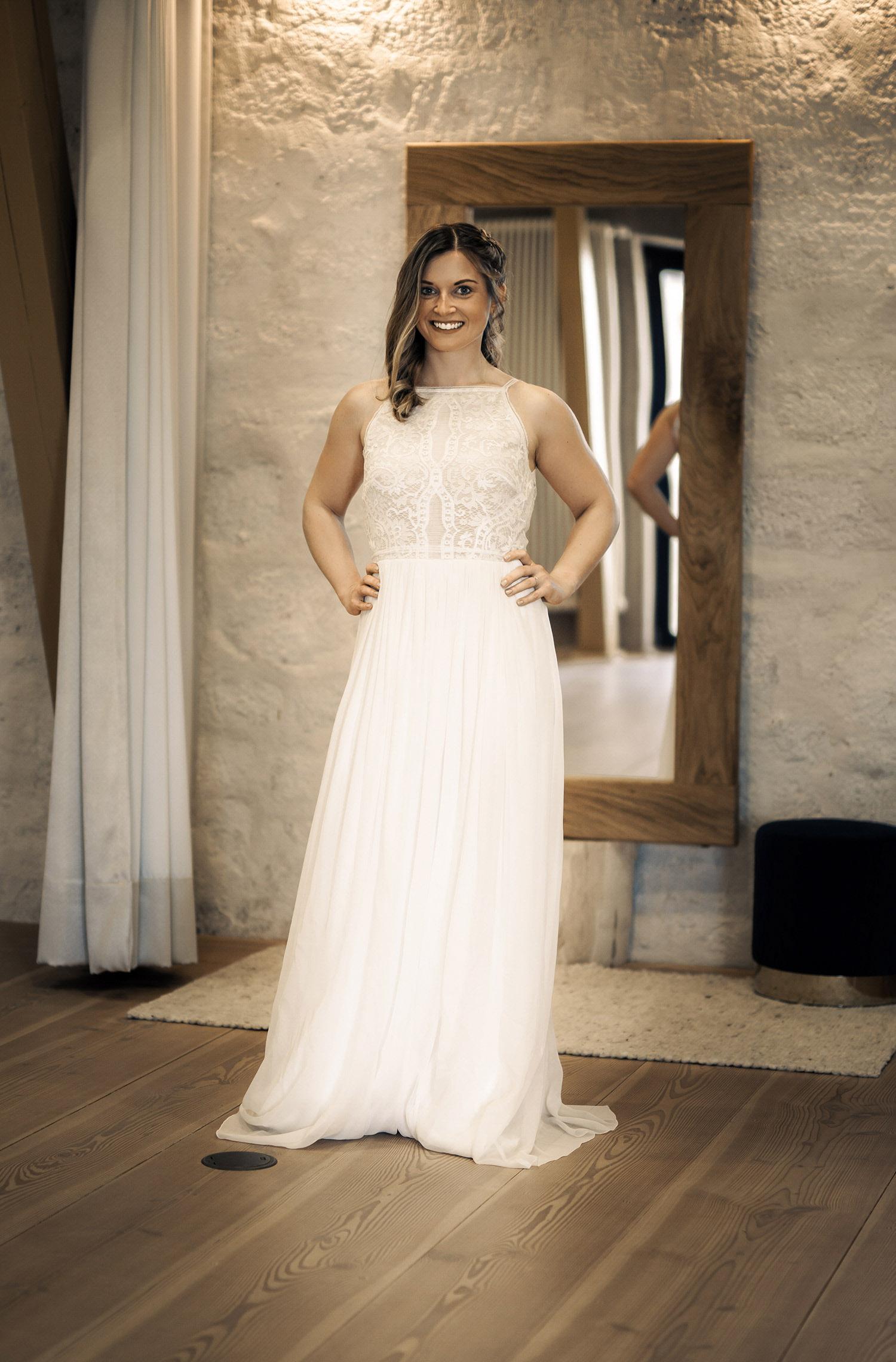 Eine Frau trägt das A-Linien Kleid Maiga von Kisui Berlin