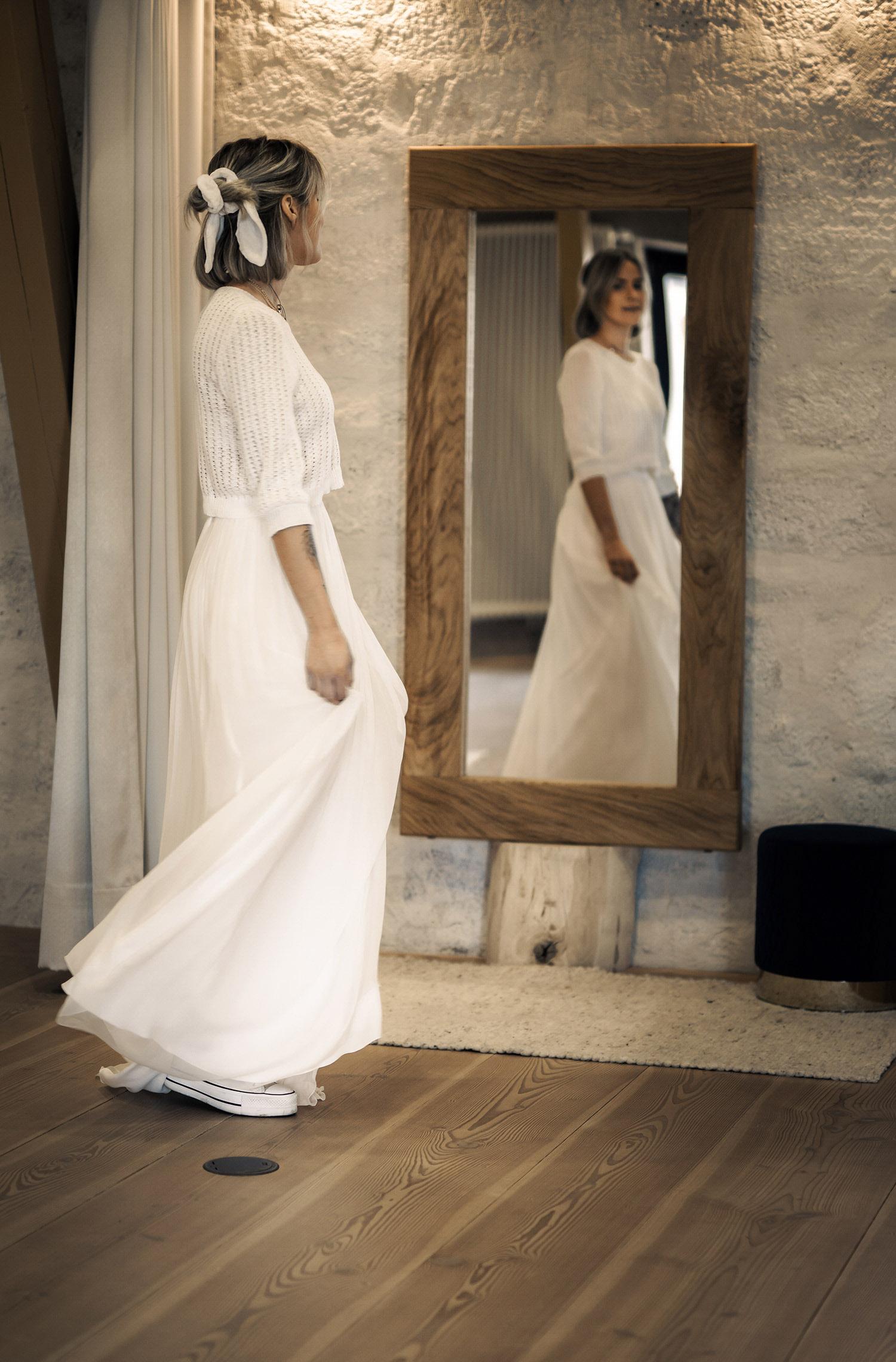 Eine Frau trägt den Pullover Neve von Kisui Berlin