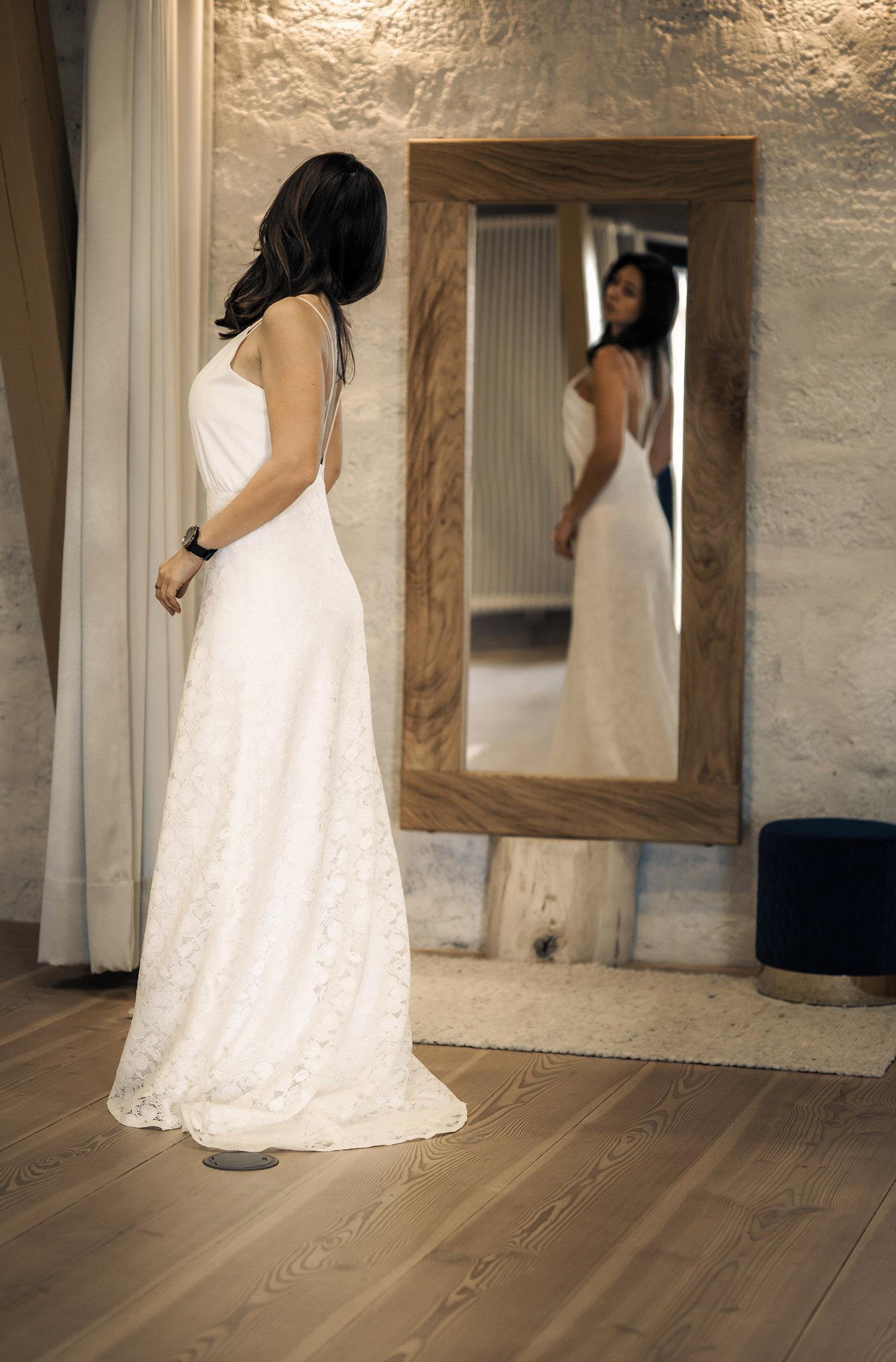 Eine Frau trägt das Fit and Flair Kleid Skara von Kisui Berlin