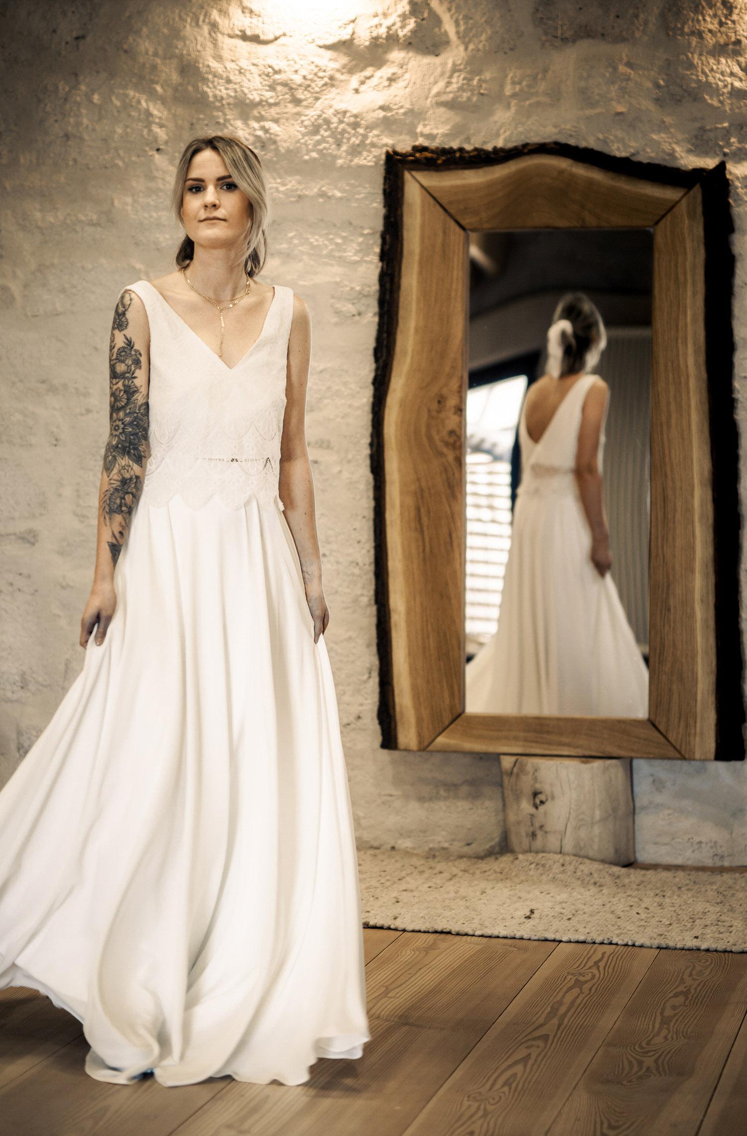 Eine Frau trägt den Zweiteiler C.Roche von Kleider machen Bräute
