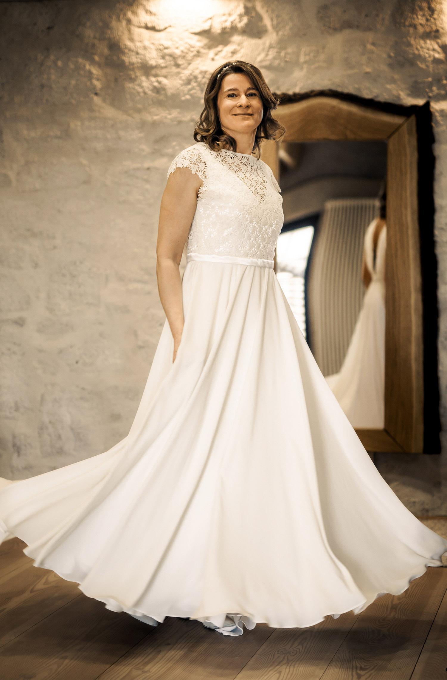 Eine Frau trägt das A-Linien Kleid H.Brugger von Kleider machen Bräute