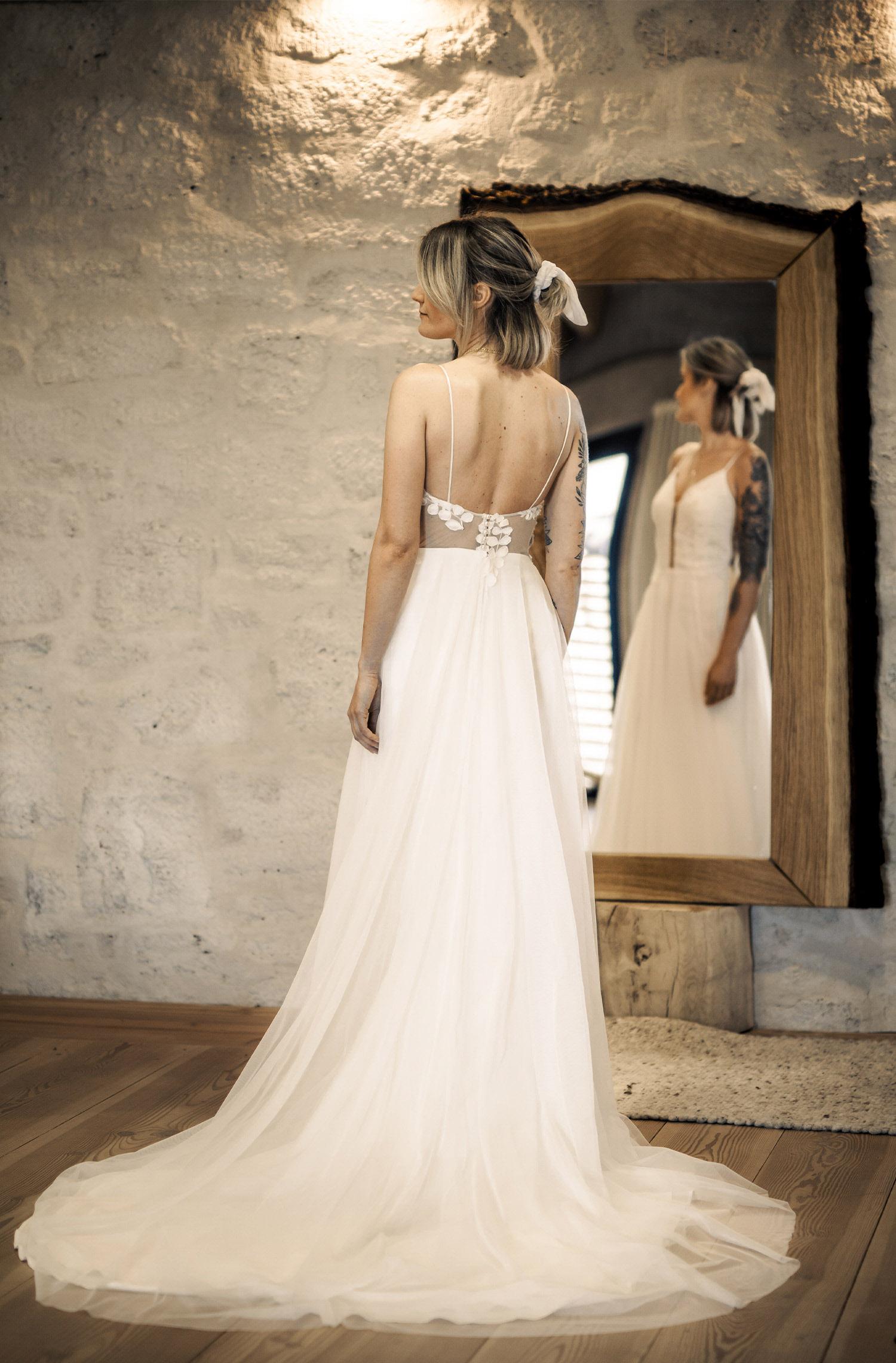 Eine Frau trägt das A-Linien Kleid J.Weist von Kleider machen Bräute