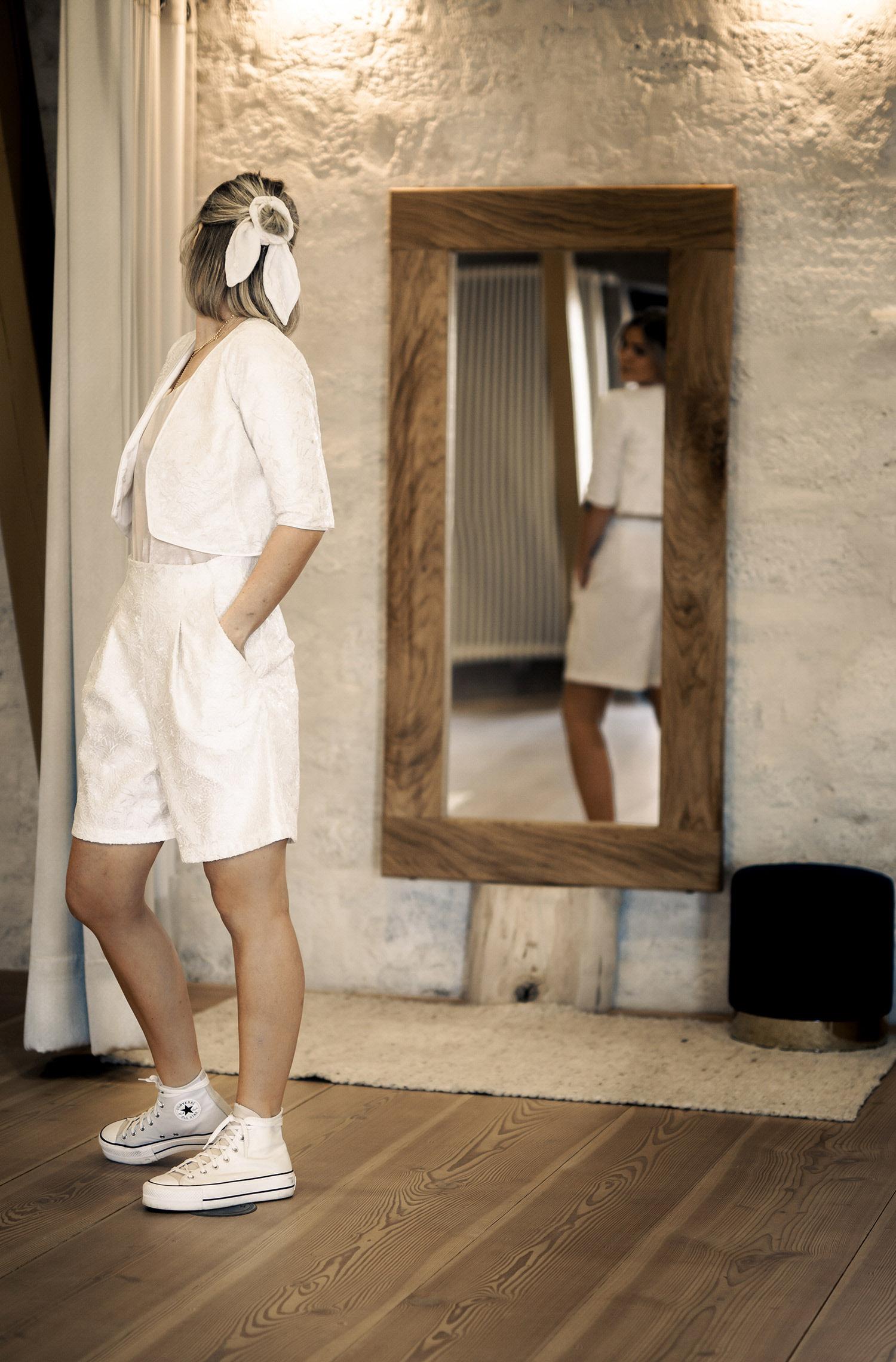 Eine Frau trägt die Shorts Isabella von Sina Fischer