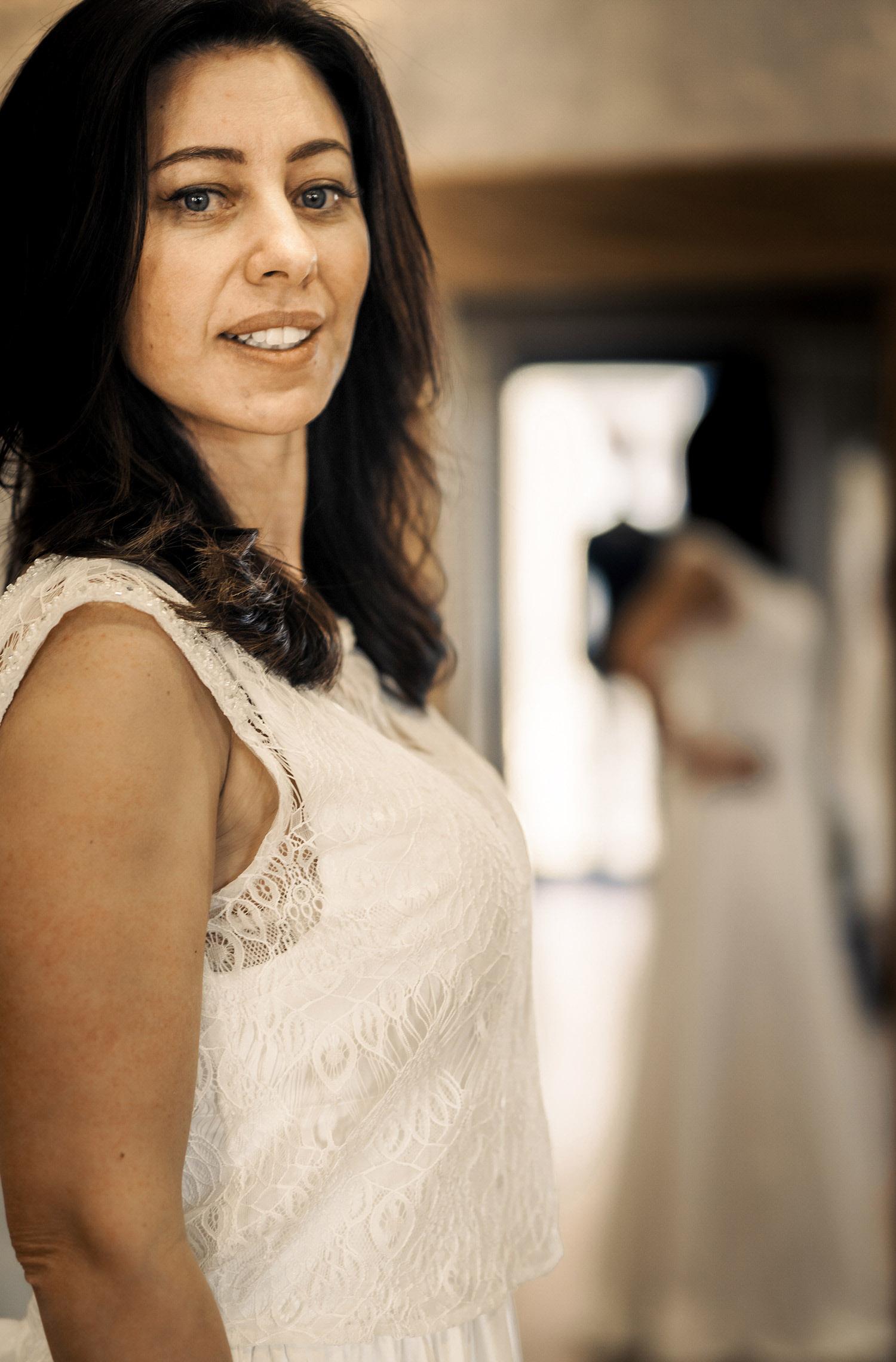Eine Frau trägt das Spitzentop Kate von Sina Fischer