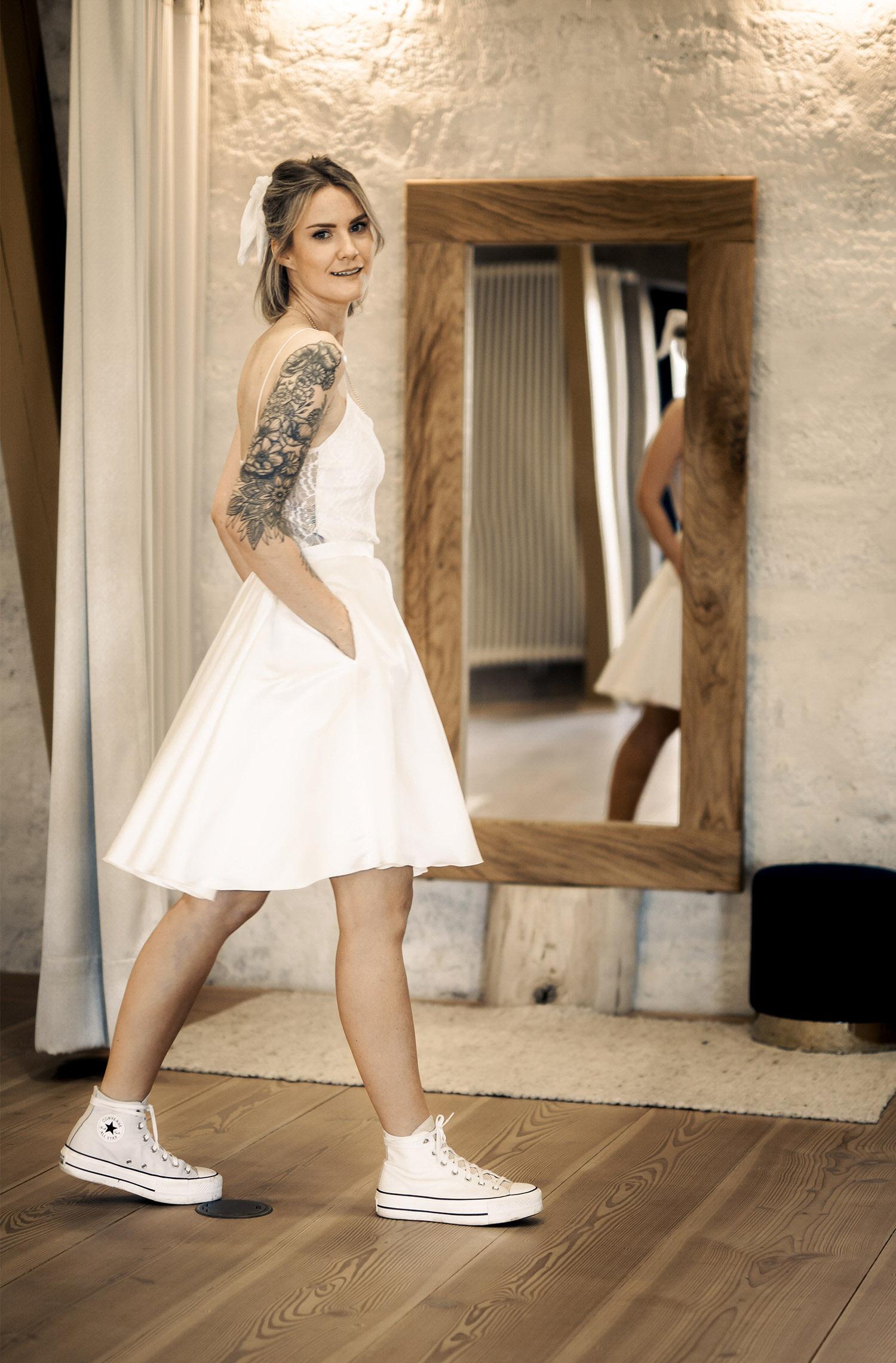 Eine Frau trägt das A-Linien Kleid Nela von Sina Fischer