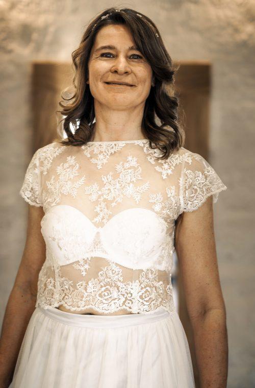 Eine Frau trägt das Spitzentop Pina von Sina Fischer