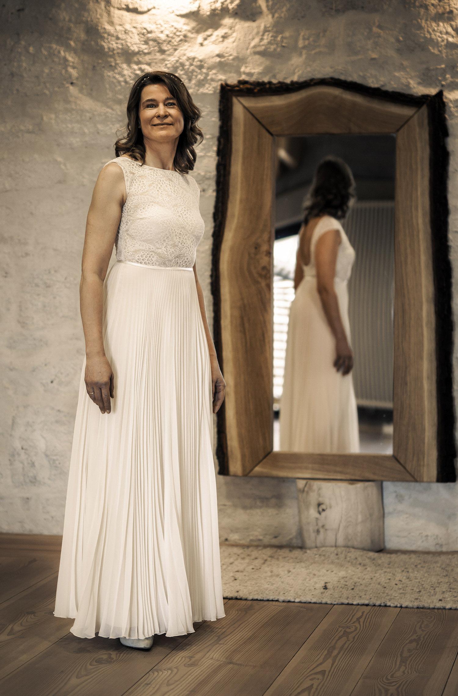 Eine Frau trägt das Fit and Flair Kleid Janina von Therese&Luise