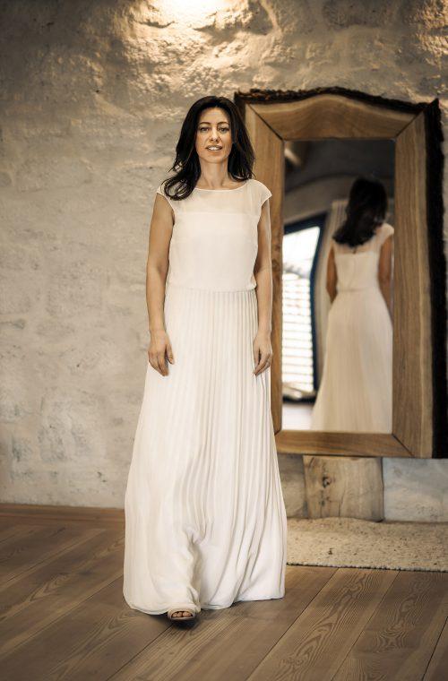 Eine Frau trägt das Fit and Flair Kleid Jenifer von Therese&Luise