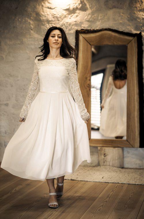 Eine Frau trägt das A-Linie Kleid Kea von Therese&Luise