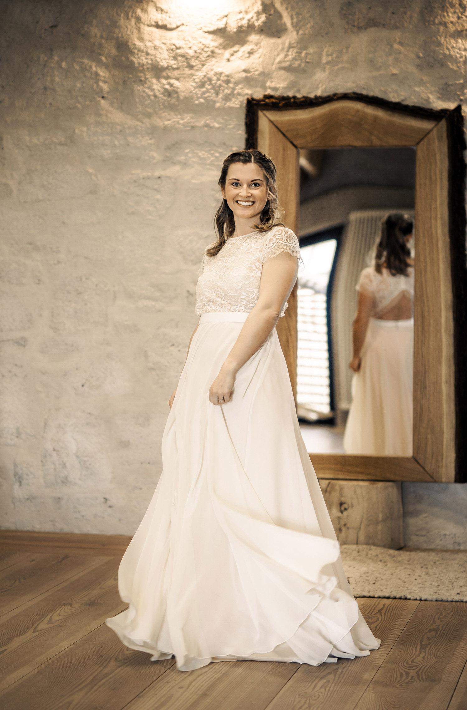 Eine Frau trägt das Fit and Flair Kleid Kiara von Therese&Luise