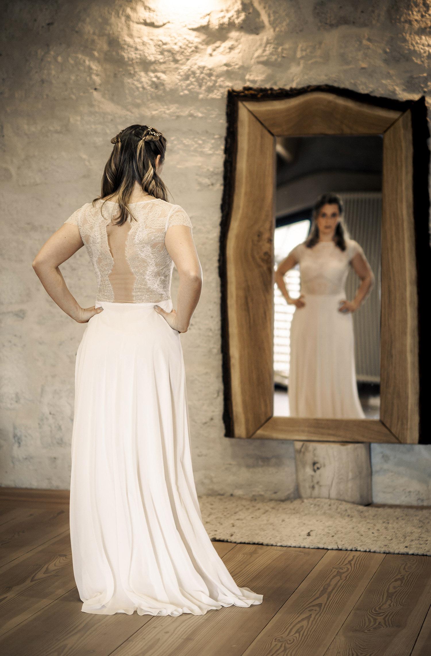 Eine Frau trägt das Fit and Flair Kleid Lesley von Therese&Luise