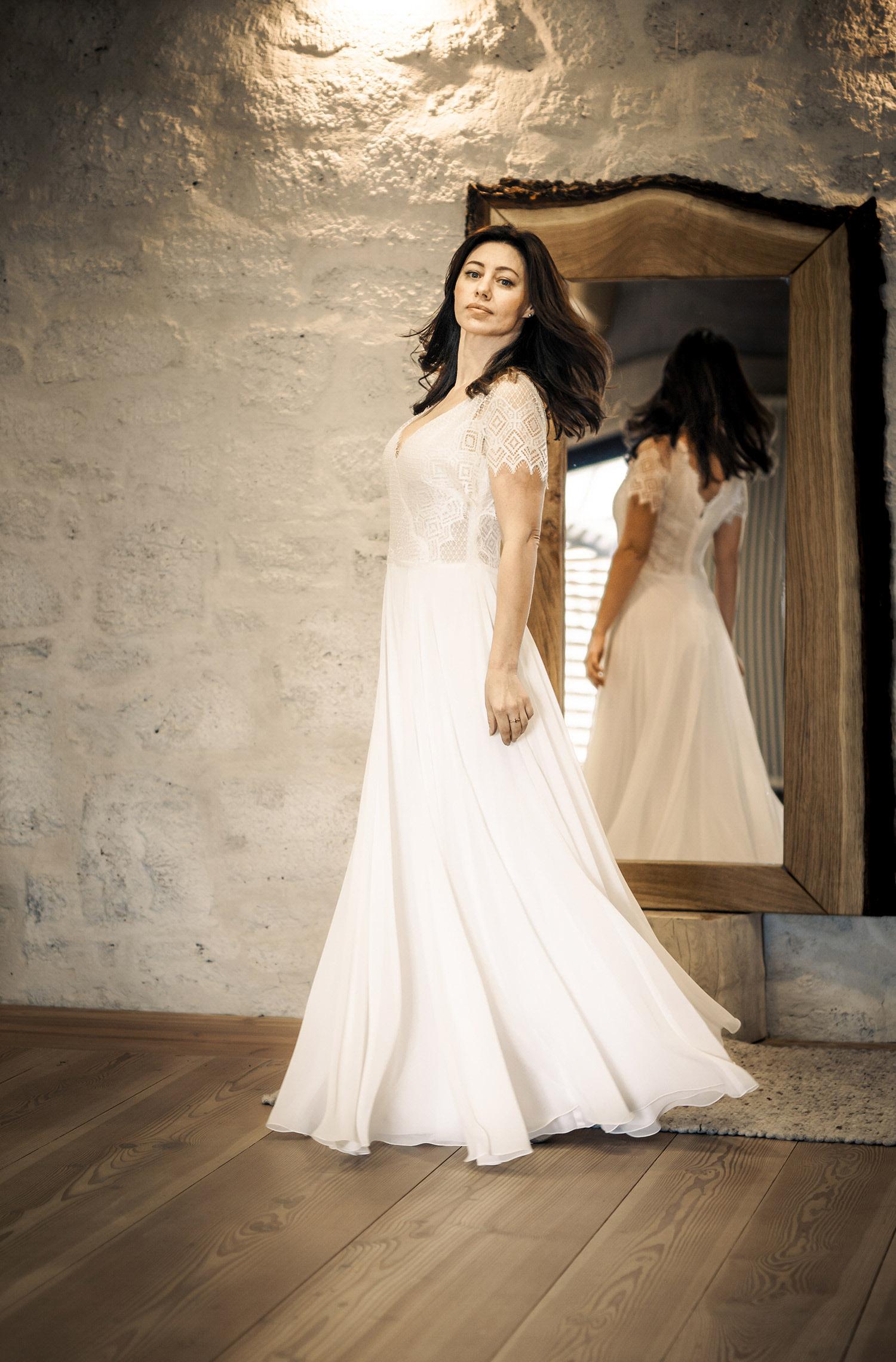 Eine Frau trägt das Fit and Flair Kleid Lina von Therese&Luise