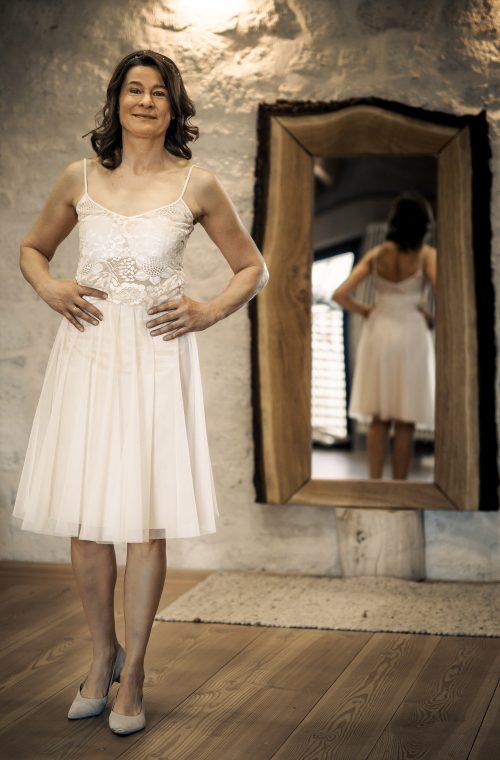 Eine Frau trägt das A-Linien Kleid Marie von Luise&Therese