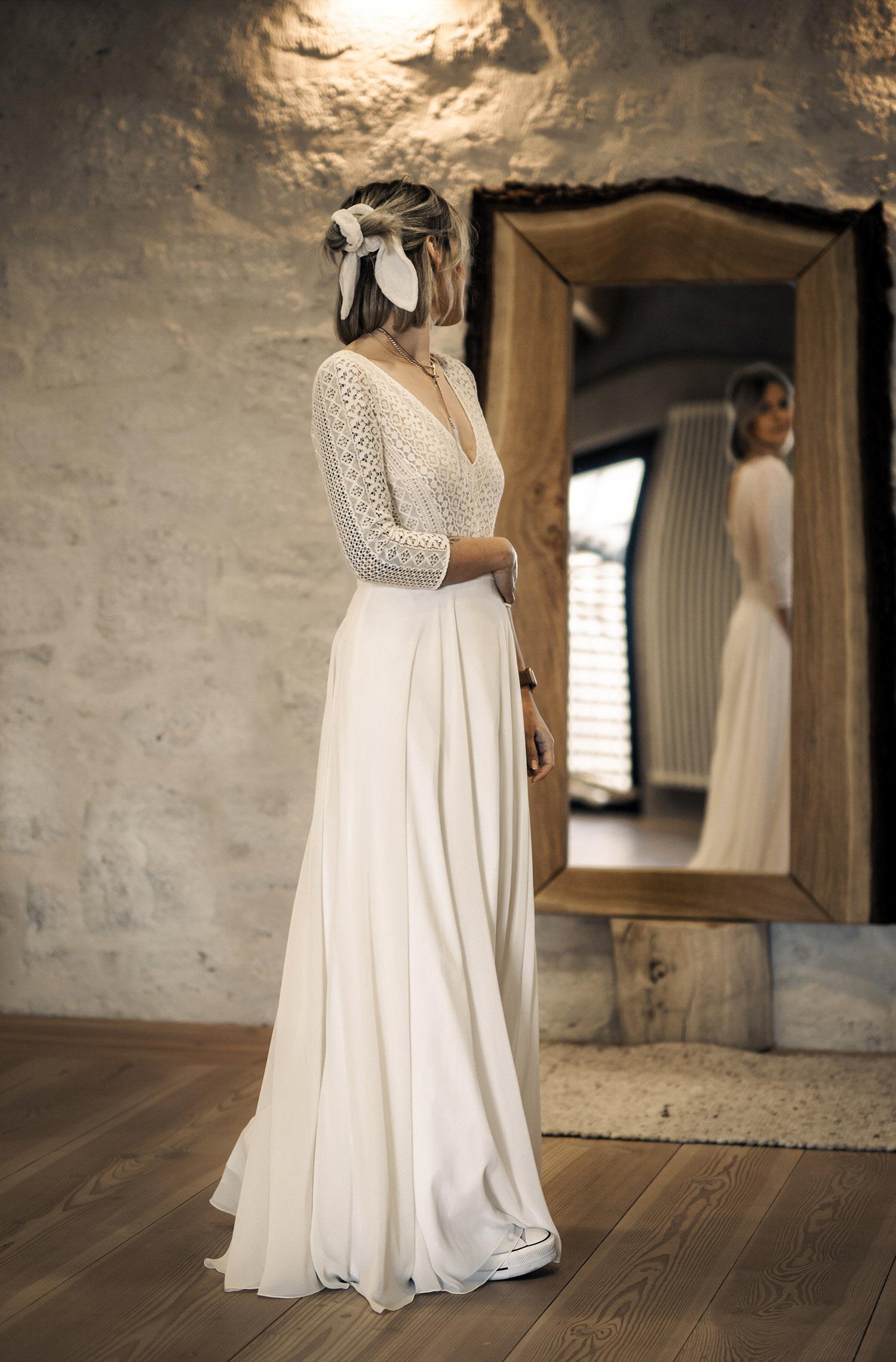Eine Frau trägt den Spitzen-Body Maxi von Therese&Luise